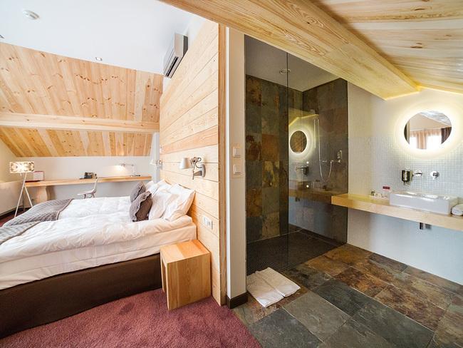 Wnętrza Hotelu Głęboczek z drewnianymi elementami