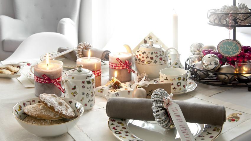Kerst tafeldecoratie vrolijke tafelschikking bloemetjes wit grijs