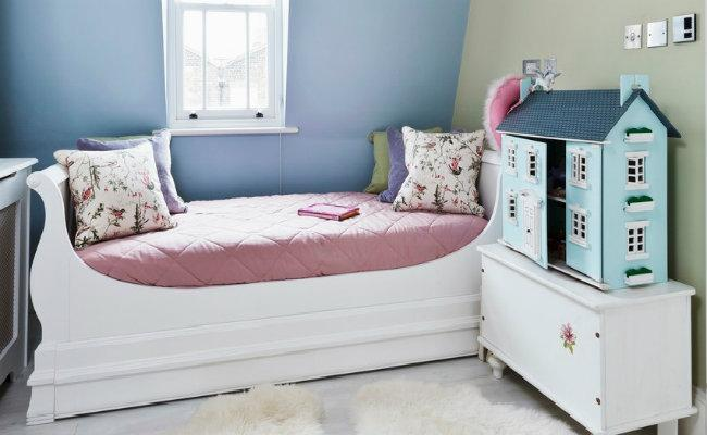 Pokój dziecięcy z łóżkiem różowym