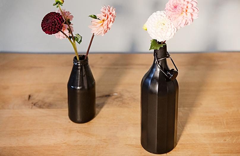 Stilvolles DIY: mattschwarze Vasen