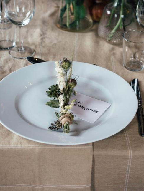 Gedekte bruiloftstafel bloemen en plaatskaartjes
