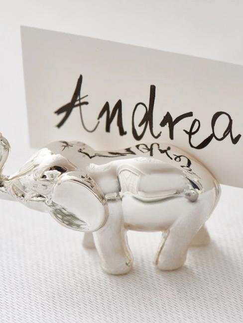 Naambordje in de vorm van een zilveren olifant voor gasten