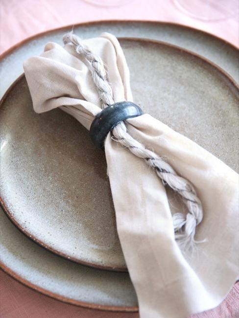 Nahaufnahme Esstisch mit Tellern und Serviette