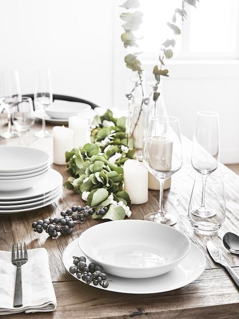 Close-up zilver kleur gedekte tafel met witte borden en zilveren bestek