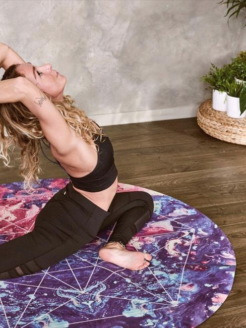 Sala yoga con ragazza che pratica su tappetino
