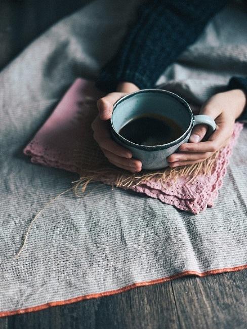 Vrouw met een kop thee in de hand