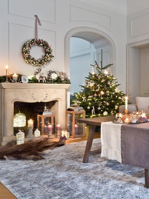 Geschmückter Weihnachtsbaum im Wohnzimmer
