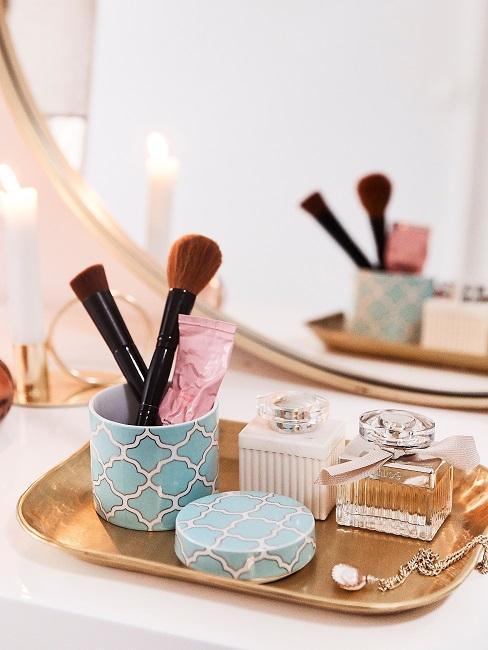 Kosmetik-Aufbewahrung auf einem Deko-Tablett auf der Ablage im Bad