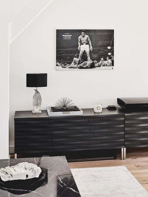 Mannekamer met inrichting in zwart-wit