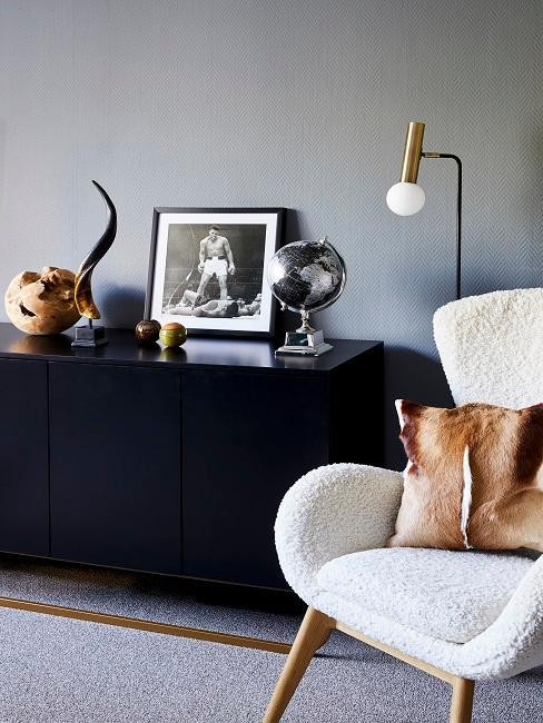 Dressoir in woonkamer met decoratie en afbeelding