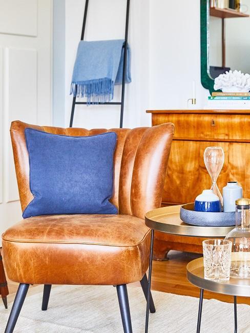 Mannenkamer met een leren fauteuil en een bruine houten ladekast