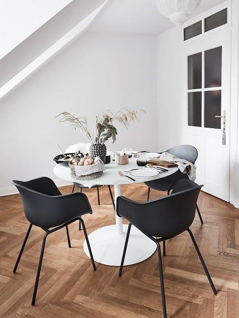 Esszimmer skandinavisch mit weißen Tisch und schwarzen Stühlen