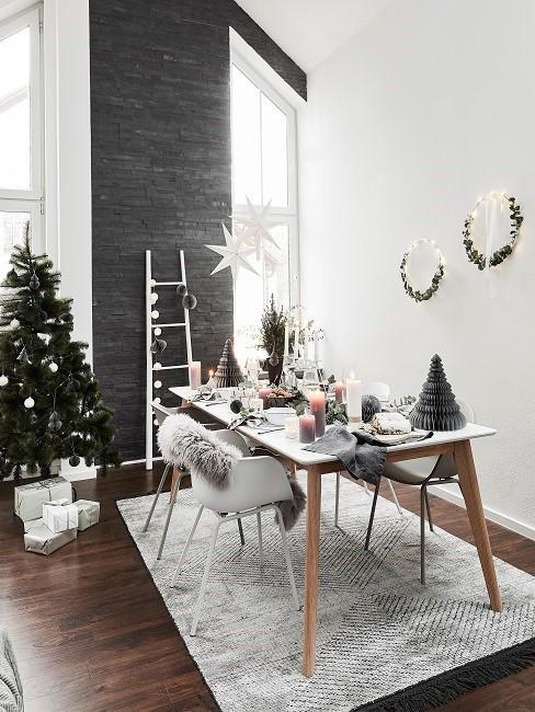 Esszimmer skandinavisch mit hellen Stühlen, hellem Teppich und Weihnachtsdeko
