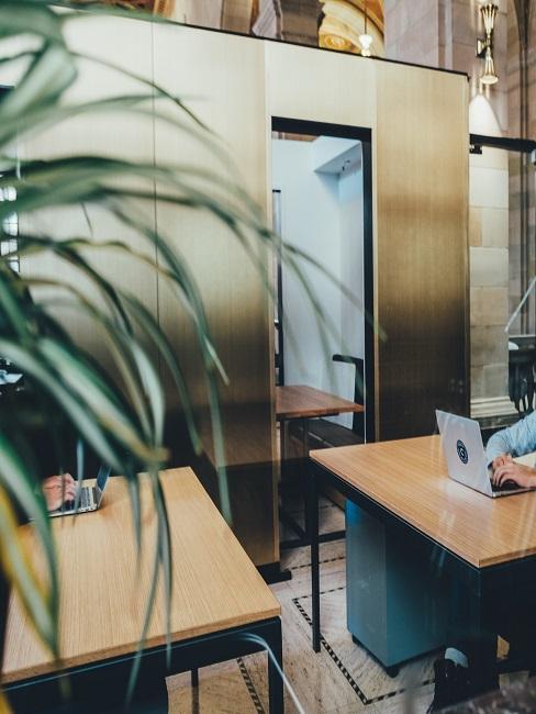 Modernes Büro mit kleinen Holztischen
