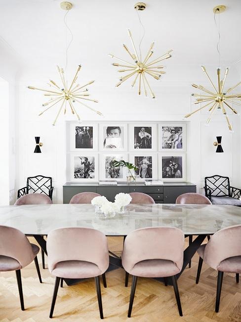 Schöne Zimmer helles Esszimmer mit rosa Stühlen und goldenen Pendelleuchten