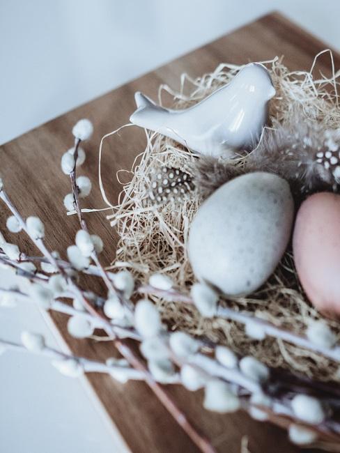 Ast dekorieren Ostern mit Ostereiern, Vögelchen und Zweigen