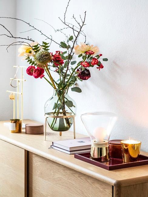Kommode dekorieren mit Blumenstrauß, Kerzen und Vase
