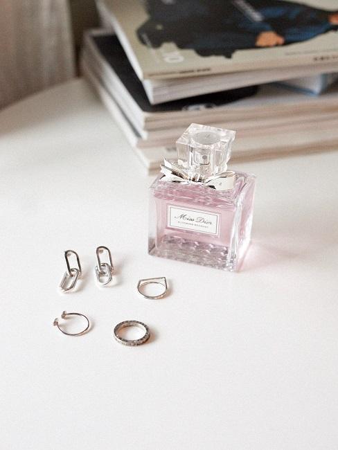 Parfum neben Silber-Schmuck