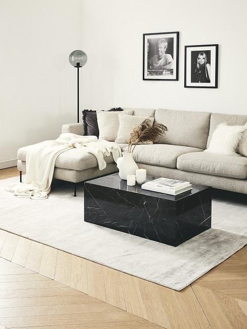 Helles großes Ecksofa mit einem Luxus-Marmor-Couchtisch auf einem hellen Teppich