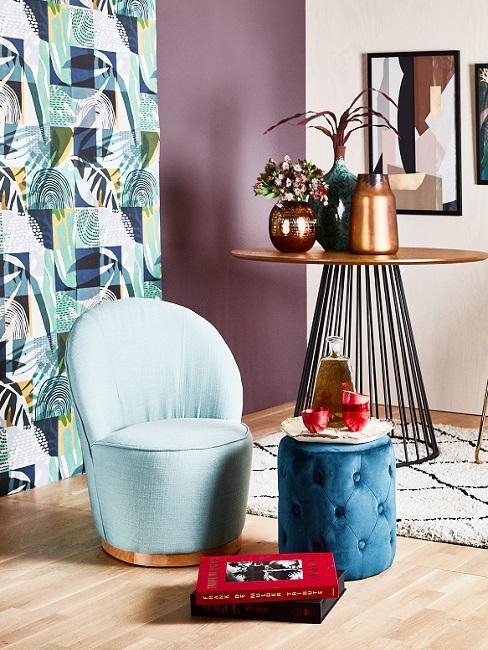 Wandfarbe Flur Tapete blaues Muster und lilafarbene Wand