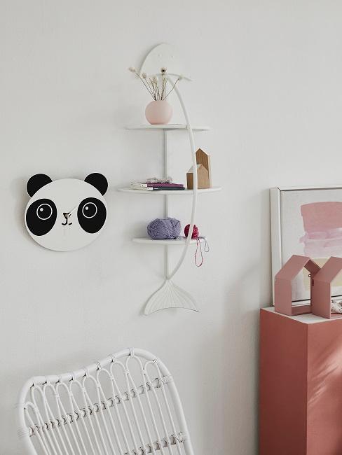 Babyzimmer Wandgestaltung mit einem Wandregal.