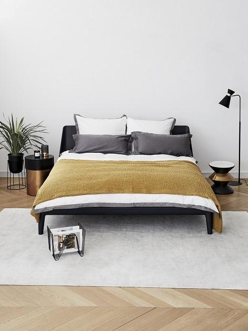 Zimmer Design Ideen Schafzimmer mit bett, hellem Teppich und schwarzer Stehlampe