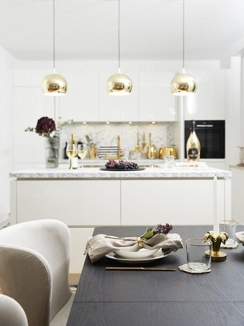 Zimmer Design Ideen weiße Küche mit goldenen Hängeleuchten