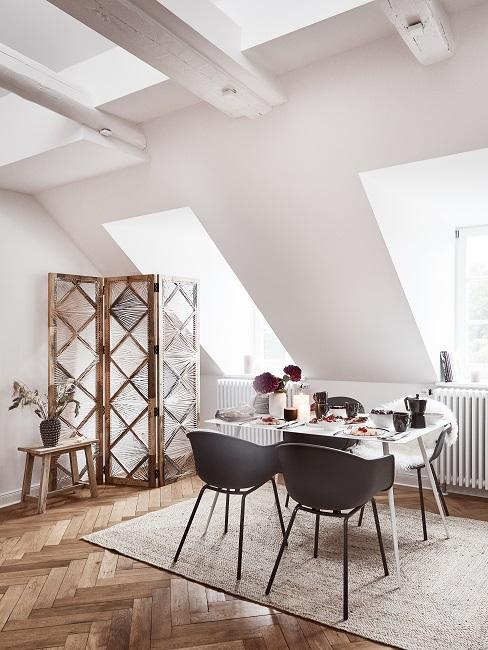 Skandinavisches Esszimmer mit Juteteppich