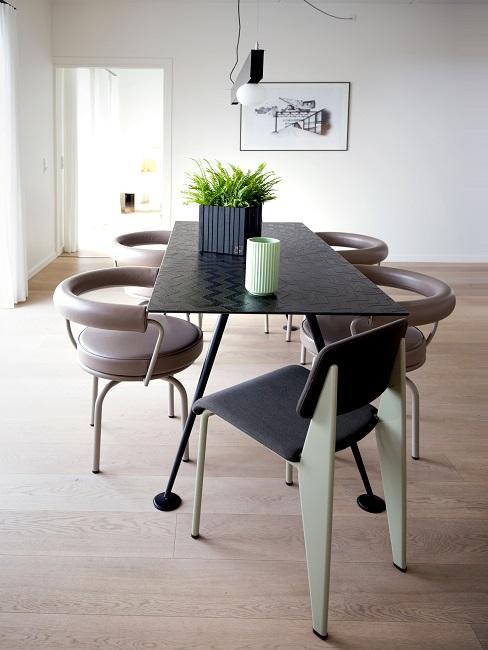 Esszimmer mit Designer Stühlen und Tisch
