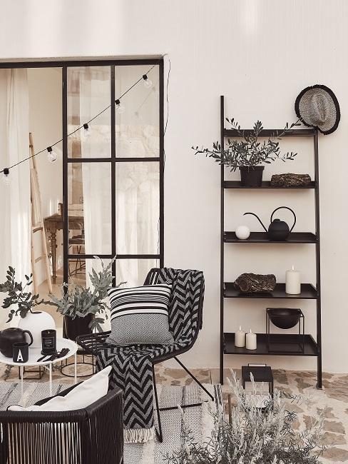 Scandi Balkon in Schwarz-Weiß mit Decken, Kissen, Lichterkette, Stuhl, Tisch und Regal