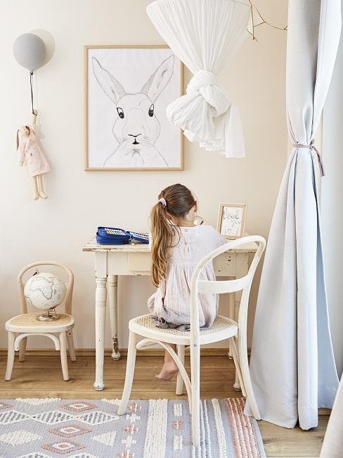 Kind sitzt auf Stuhl an Holztisch