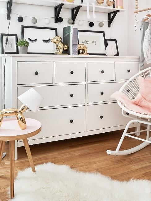 Weiße Kommode mit Bildern und Deko im Babyzimmer
