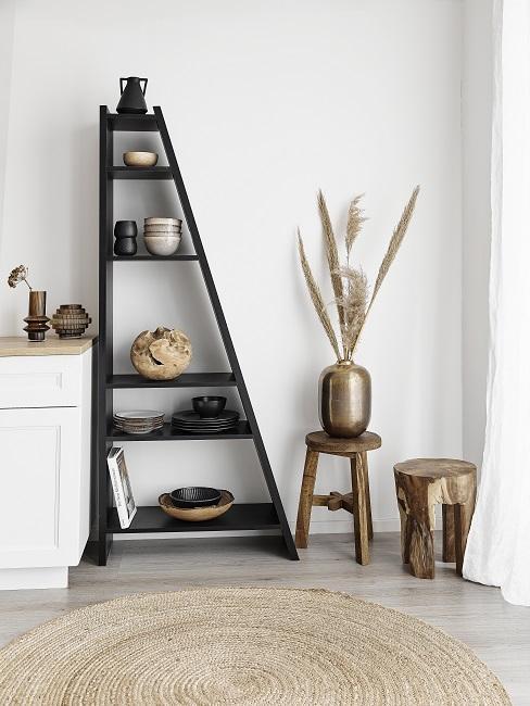 Schwarzes Regal mit Deko im Scandi Look in der Küche