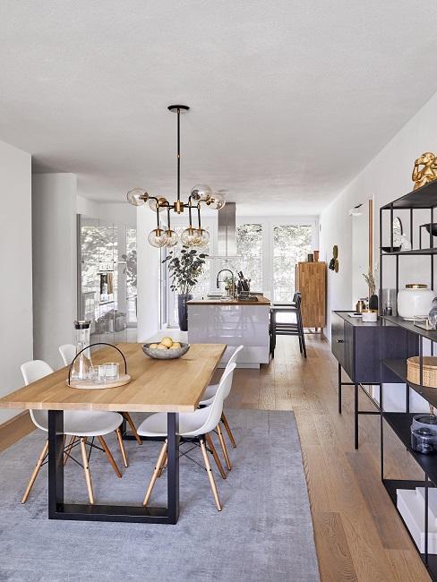 Wohnküche mit Kücheninsel und Essbereich mit Teppich