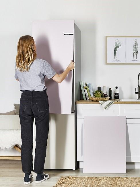 Küche planen Frau Küchenfront