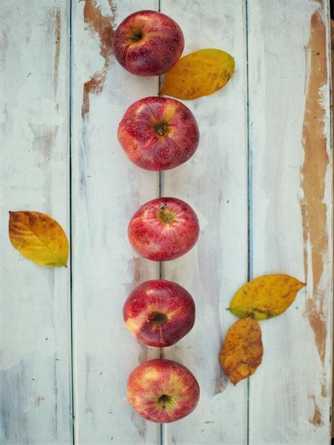 Tischdeko Rot Äpfel Blätter