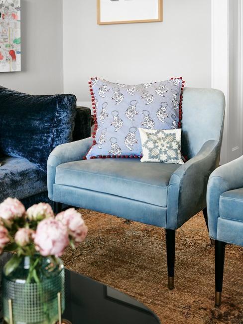 Elegante poltrona in velluto si trova nel soggiorno di Barbara Sturm