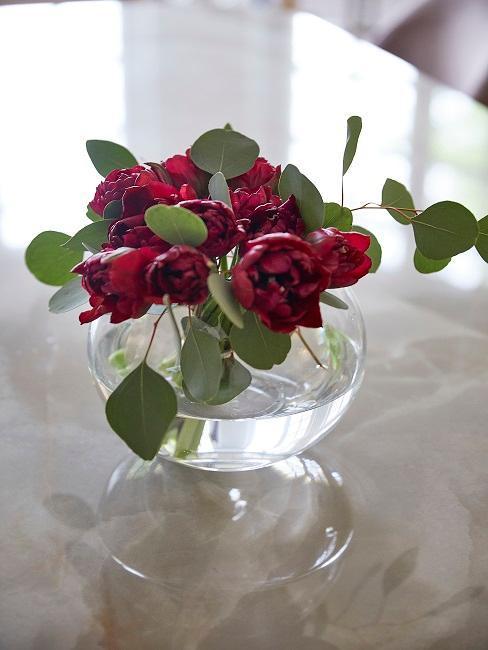 Vaso in vetro tondo con rose rosse