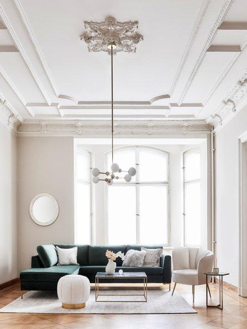 Franse meubelstijl in herenhuis woonkamer met ornamenten en groene hoekbank