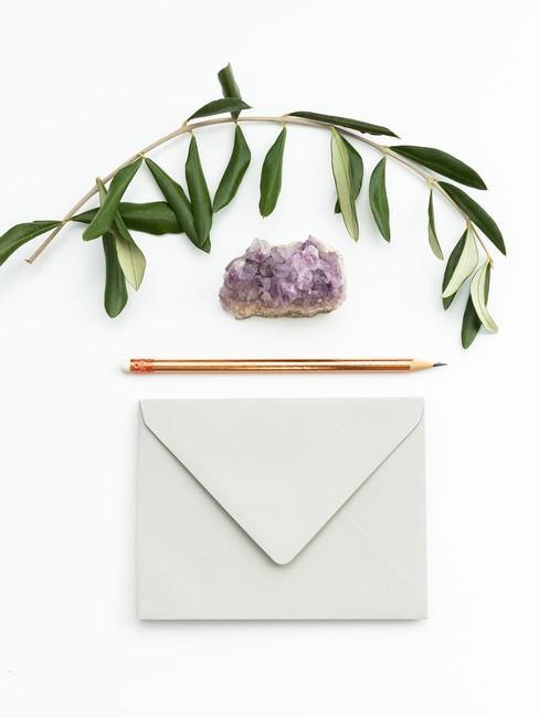 Uitnodigingskaart met olijftak en potlood