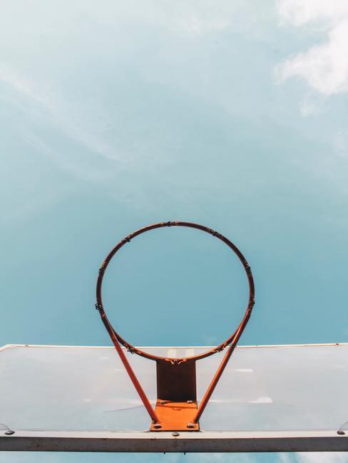 Basketbalrek met blauwe lucht