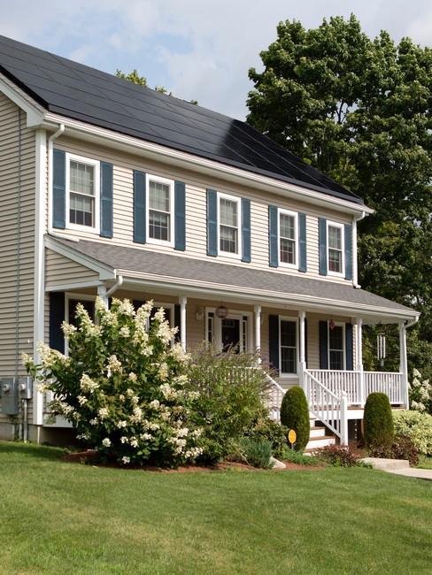 Houten huis met veranda en zonnepanelen