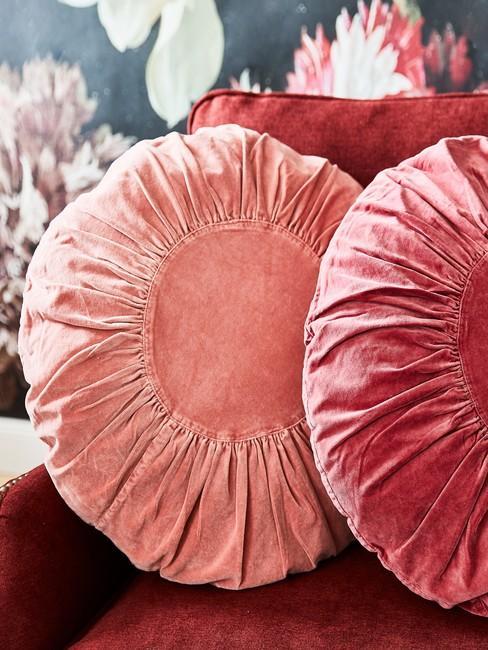 Sierkussens in perzik en roze kleuren