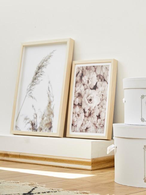 Printen in decoratieve houten frame op sidetable