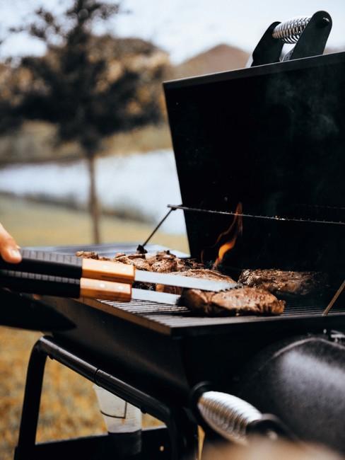 Barbecue cadeau foto van grote zwarte bbq met vlees