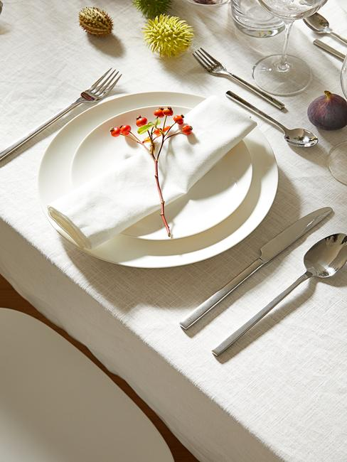 Close-up gedekte tafel in wit met zilveren bestel