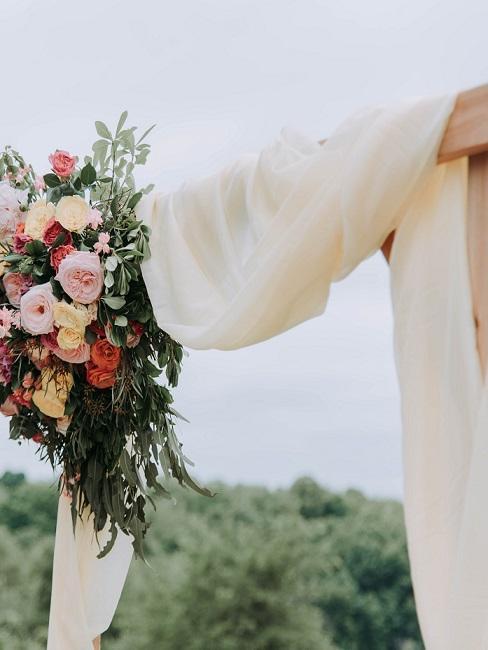 Huwelijksdecoratie op houten frame in boho stijl