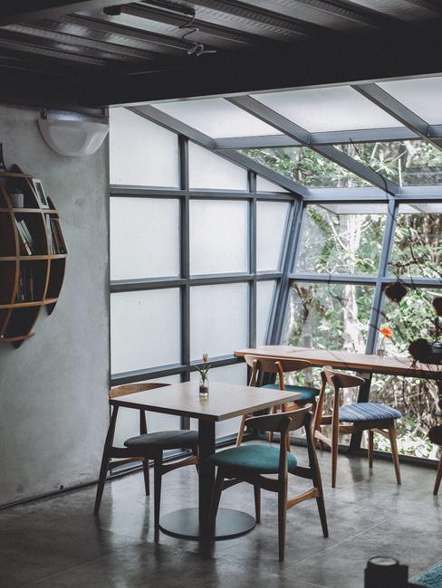 Houten tafel en stoelen bij het grote raam in een modern klassiek interieur