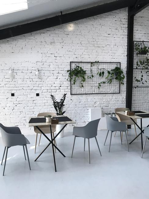 Tafel met grijze stoelen in een klassiek-moderne stijl