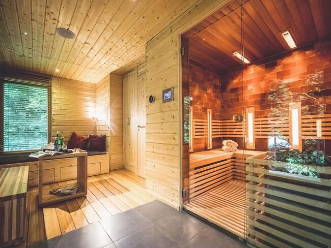 Wnętrze domku w drzewach z sauną